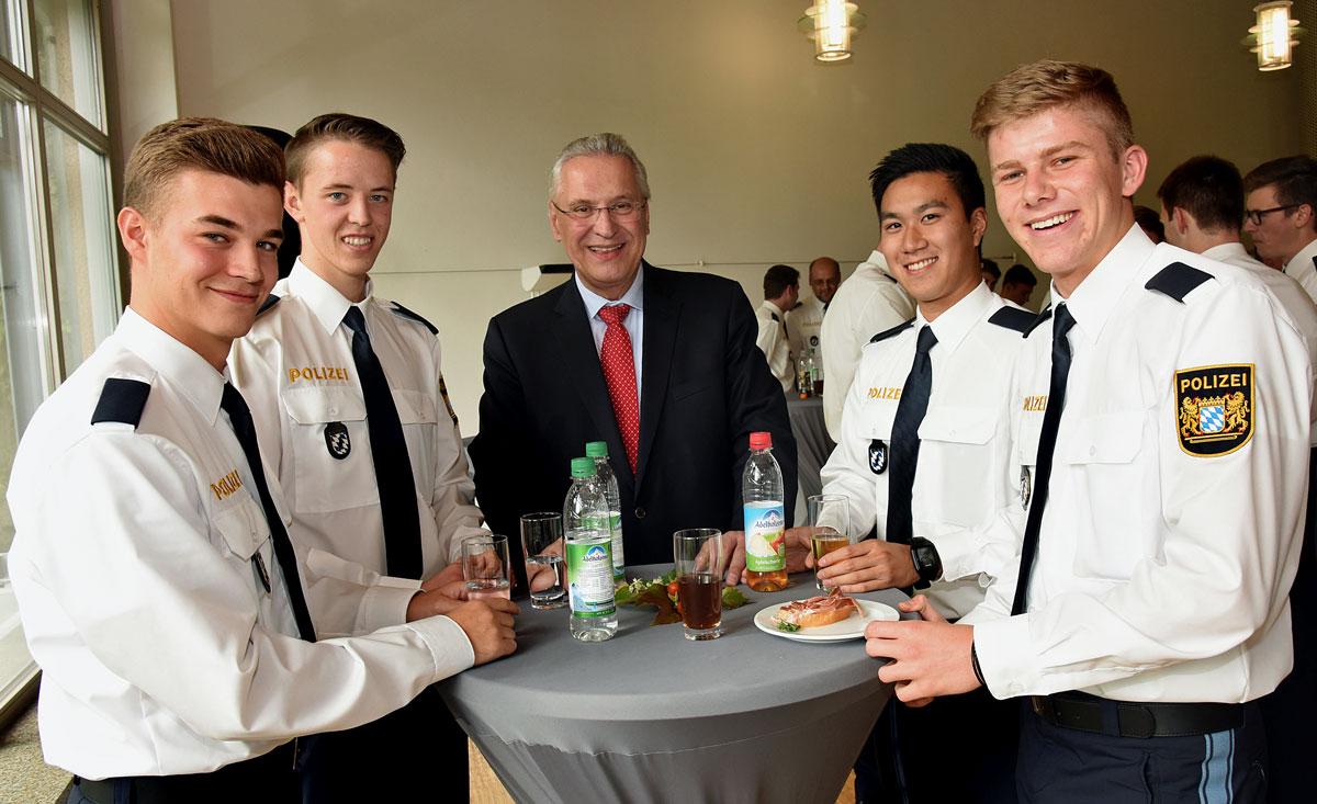 abteilung der gemeinsam mit dem bereitschaftspolizeiprsidenten wolfgang sommer hat innenminister joachim herrmann in der vii abteilung der - Bewerbung Polizei Bayern