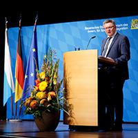 Innen- und Kommunalstaatssekretär Gerhard Eck hinter Rednerpult
